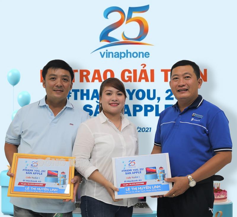 Phó giám đốc Trung tâm kinh doanh VNPT - Bến Tre Phạm Tấn Tài trao thưởng chiếc Macbook Air cho khách hàng trúng thưởng.