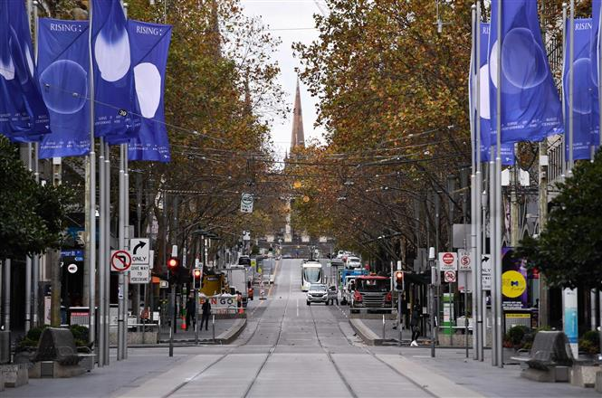 Cảnh vắng vẻ trên đường phố tại Melbourne, Australia, trong thời gian phong tỏa phòng dịch COVID-19, ngày 28-5-2021. Ảnh: THX/ TTXVN
