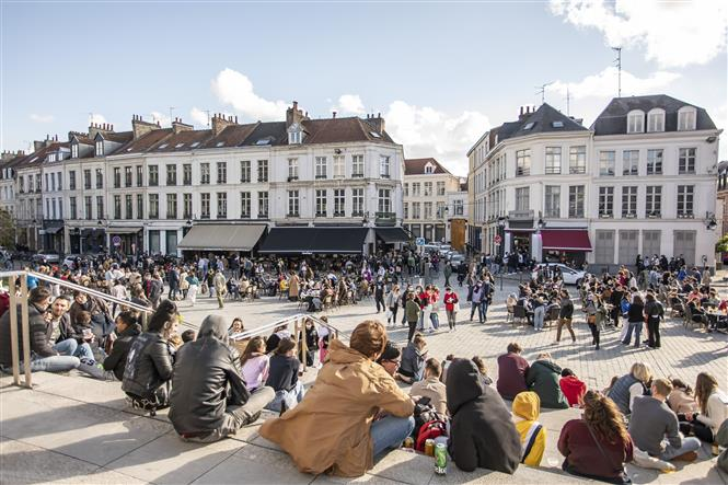 Người dân Pháp gặp gỡ nhau tại một quán bar ngoài trời ở thành phố miền Bắc Lille, khi lệnh phong tỏa do dịch COVID-19 được nới lỏng, ngày 19-5-2021. Ảnh: THX/TTXVN