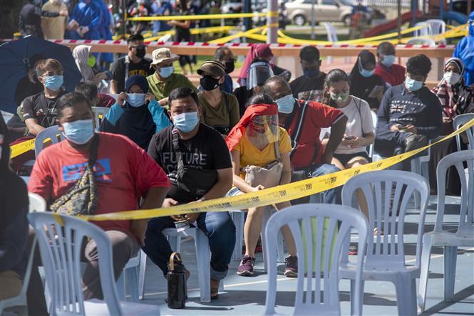 Người dân chờ xét nghiệm COVID-19 tại Kuala Lumpur, Malaysia, ngày 30-5-2021. Ảnh: THX/TTXVN