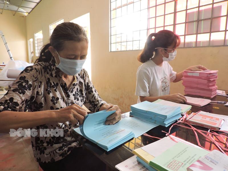 Cán bộ phục vụ bầu cử chuẩn bị các phần việc cho ngày bầu cử.