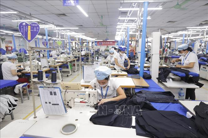 Sản xuất hàng may mặc tại Xí nghiệp Sơ mi, Veston của Tổng Công ty May 10 tại Sài Đồng, Quận Long Biên, Hà Nội - một đơn vị của Tập đoàn Dệt may Việt Nam (Vinatex). Ảnh minh họa: Anh Tuấn/TTXVN