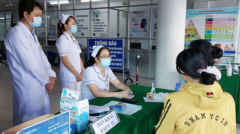 Bệnh nhân được khám sàng lọc Covid-19 khi đến khám chữa bệnh tại Bệnh viện Đa khoa Minh Đức. Ảnh: Phan Hân
