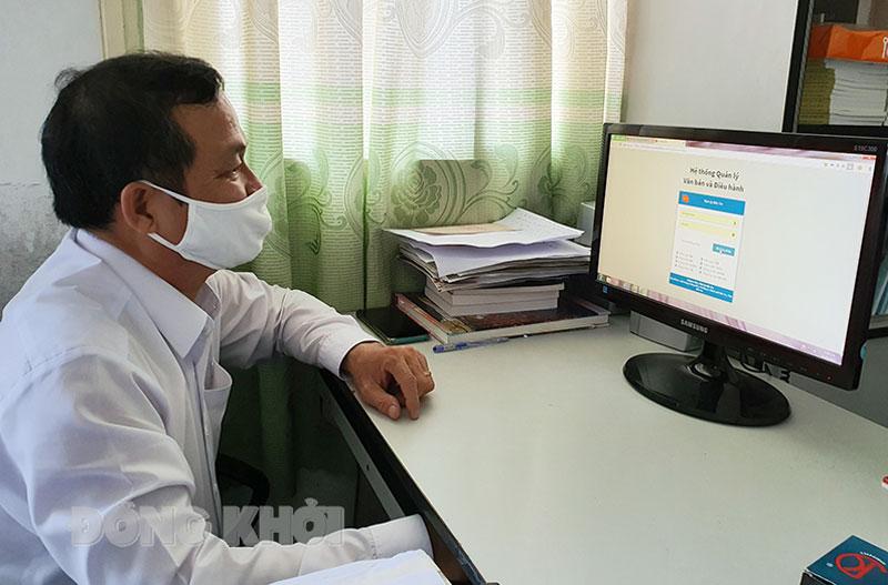 Cán bộ Đảng ủy Khối Cơ quan - Doanh nghiệp tỉnh ứng dụng công nghệ thông tin để xử lý công việc. Ảnh: Thanh Đồng