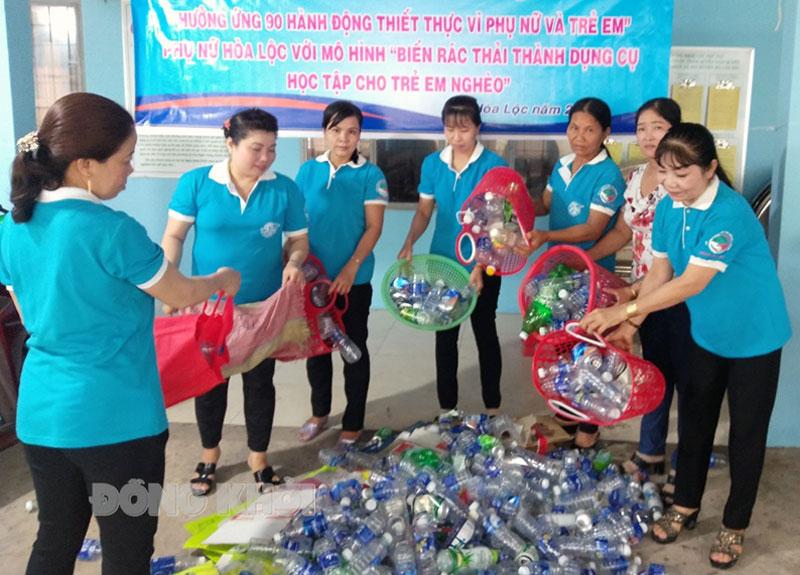 Hội Liên hiệp Phụ nữ xã Hòa Lộc thu gom rác thải nhựa gây quỹ.