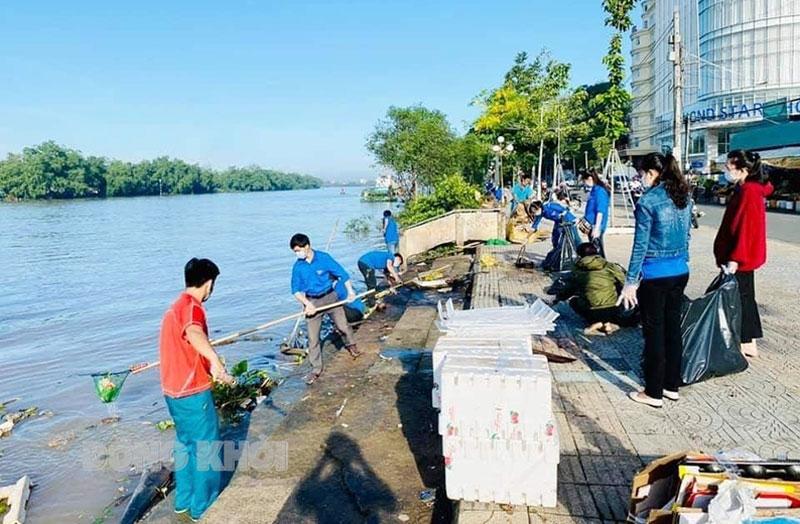 Đoàn viên, thanh niên tham gia vớt rác bờ sông Bến Tre, vì một thành phố không rác.