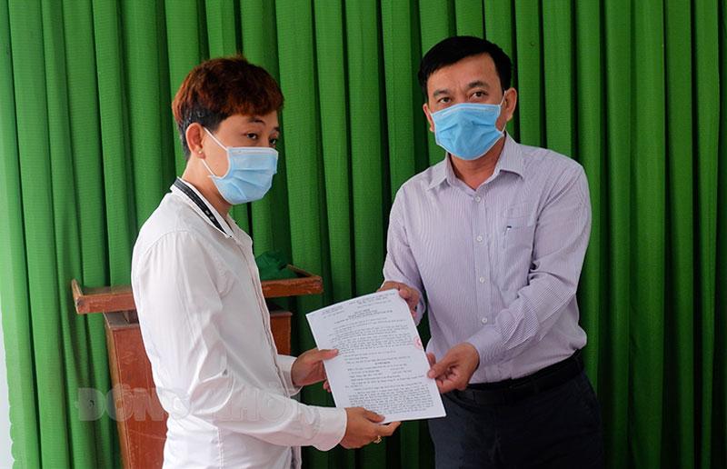 Bà Lê Thị Phước Hậu (bên trái) nhận quyết định xử phạt. Ảnh: Minh Mừng