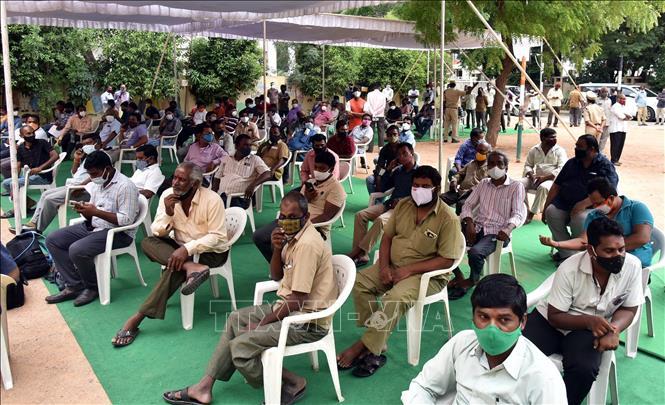 Chờ tiêm vaccine COVID-19 tại Hyderabad, Ấn Độ. Ảnh: THX/TTXVN