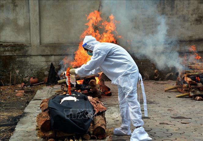 Chuẩn bị hỏa táng bệnh nhân tử vong do COVID-19 tại Guwahati, Assam, Ấn Độ, ngày 5-6-2021. Ảnh: THX/TTXVN