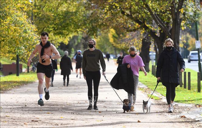 Người dân tập thể dục tại một công viên ở Melbourne, Australia, ngày 1-6-2021. Ảnh: AFP/TTXVN