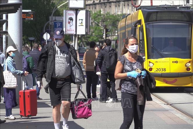Người dân đeo khẩu trang phòng lây nhiễm COVID-19 tại Budapest, Hungary, ngày 21-4-2020. Ảnh: THX/TTXVN