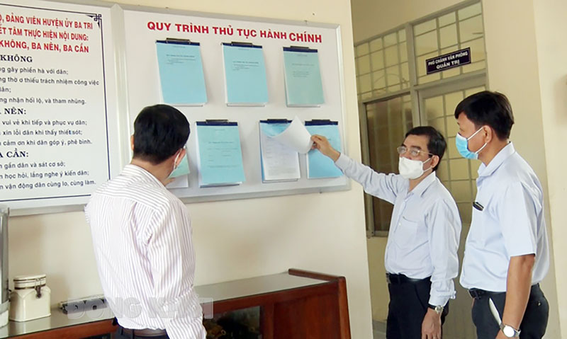 Kiểm tra kết quả niêm yết công khai Bộ thủ tục hành chính trong các cơ quan Đảng tại Huyện ủy Ba Tri. Ảnh: CTV