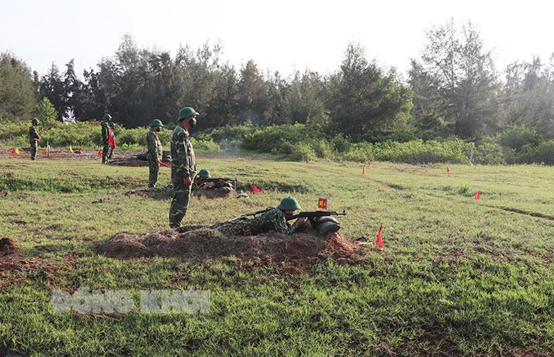 Trung đoàn 895 tổ chức kiểm tra bắn đạn thật đối với các chiến sĩ mới. Ảnh: Bùi Linh