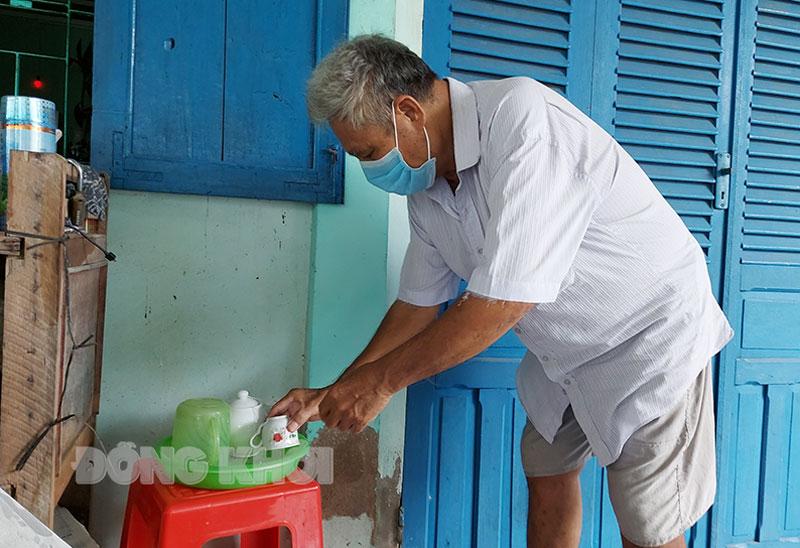 Ông Nguyễn Văn Tạo luôn đeo khẩu trang và sử dụng đồ dùng cá nhân riêng biệt trong thời gian cách ly tại nhà.
