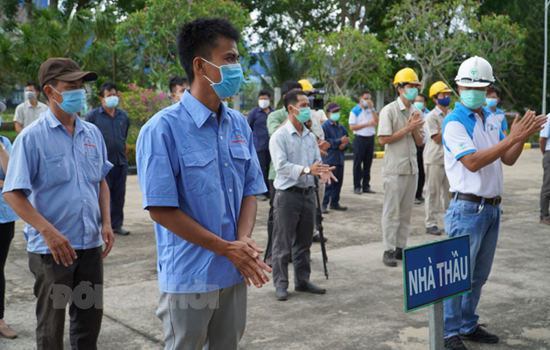 Lực lượng tham gia diễn tập tại Công ty cổ phần Chăn nuôi CP Việt Nam Chi nhánh sản xuất kinh doanh thức ăn thủy sản (Khu công nghiệp An Hiệp, xã An Hiệp, huyện Châu Thành). Ảnh: Phan Hân