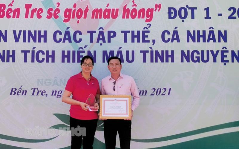 Anh Uông Văn Hoàng Hận và chị Ngô Thị Thanh Tâm nhận bằng khen của Trung ương Hội Chữ thập đỏ.