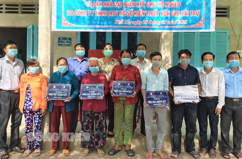Bàn giao nhà Đại đoàn kết cho hộ nghèo trên địa bàn huyện Ba Tri.