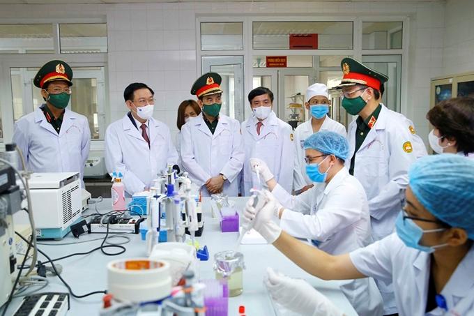 Chủ tịch Quốc hội Vương Đình Huệ và Đoàn công tác tham quan phòng thí nghiệm nghiên cứu, sản xuất vaccine tại tòa nhà Trung tâm nghiên cứu y dược học quân sự, thuộc Học viện Quân y (Ảnh: Doãn Tấn)