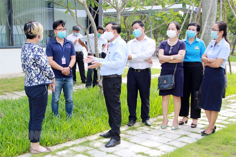 Chủ tịch UBND tỉnh Trần Ngọc Tam kiểm tra công tác phòng, chống dịch bệnh Covid-19 tại các khu công nghiệp. Ảnh: Trương Hùng