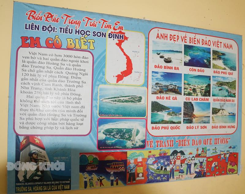 Trưng bày giới thiệu về biển, đảo Việt Nam tại trường Tiểu học Sơn Định (huyện Chợ Lách).