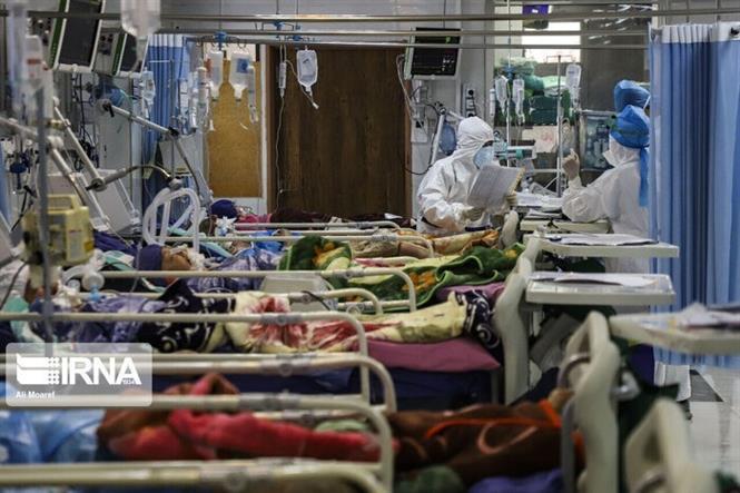 Điều trị cho bệnh nhân mắc COVID-19 tại Tehran, Iran. Ảnh: IRNA/TTXVN