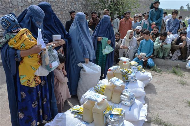 Người dân nhận lương thực cứu trợ tại Jalalabad, Afghanistan, ngày 20-4-2021. Ảnh: AFP/TTXVN