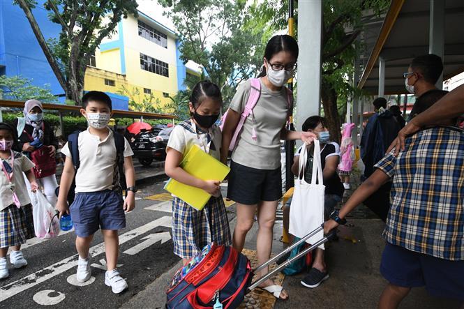 Người dân đeo khẩu trang phòng dịch COVID-19 tại Singapore ngày 18-5-2021. Ảnh: THX/ TTXVN