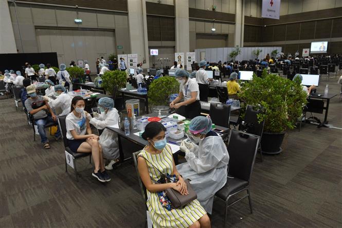 Nhân viên y tế tiêm vaccine phòng COVID-19 cho người dân tại Bangkok, Thái Lan, ngày 7-6-2021. Ảnh: THX/ TTXVN
