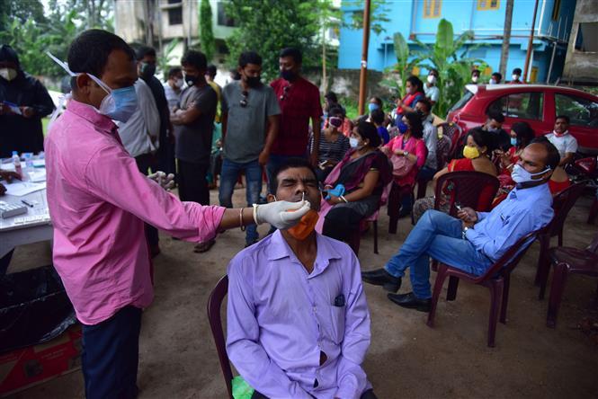 Nhân viên y tế lấy mẫu xét nghiệm COVID-19 cho người dân tại Nagaon, bang Assam, Ấn Độ, ngày 7-6-2021. Ảnh: THX/TTXVN