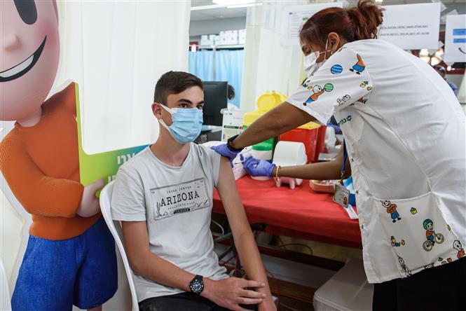 Nhân viên y tế tiêm vaccine ngừa COVID-19 cho người dân tại thành phố Kiryat Shemona, Israel ngày 6-6-2021. Ảnh: THX/TTXVN
