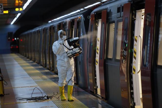Nhân viên phun khử trùng một tàu điện ngầm ở Ankara, Thổ Nhĩ Kỳ nhằm ngăn chặn sự lây lan của dịch COVID-19 ngày 7-6-2021. Ảnh: THX/TTXVN