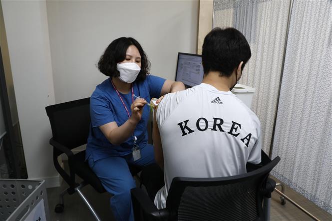 Tiêm vaccine ngừa COVID-19 tại Seoul, Hàn Quốc, ngày 29-4-2021. Ảnh: AFP/TTXVN