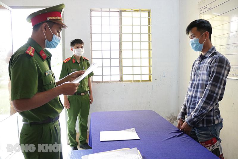 Cơ quan Công an tống đạt các quyết định với đối tượng Võ Phước Vinh.