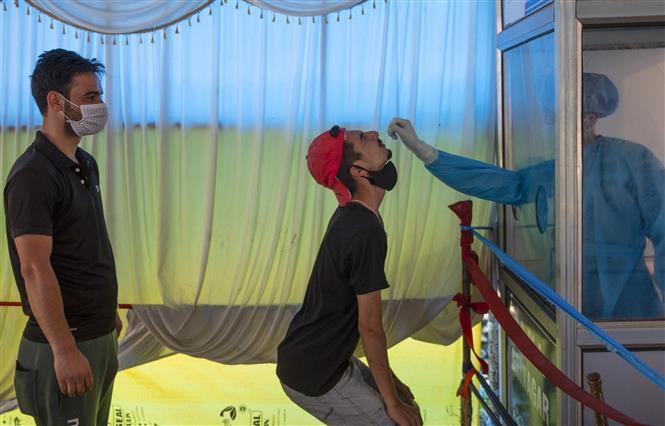 Nhân viên y tế lấy mẫu xét nghiệm COVID-19 cho người dân tại Srinagar, thủ phủ mùa hè của khu vực Kashmir do Ấn Độ kiểm soát, ngày 9-6-2021. Ảnh: THX/TTXVN