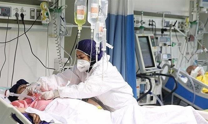 Nhân viên y tế điều trị cho bệnh nhân COVID-19 tại bệnh viện ở Iran. Ảnh: IRNA/ TTXVN