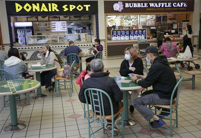 Người dân dùng bữa bên trong một trung tâm thương mại ở Richmond, British Columbia, Canada, ngày 26-5-2021. Ảnh: THX/ TTXVN