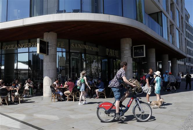 Người dân uống cà phê tại một cửa hàng ở London, Anh ngày 1-6-2021. Ảnh: THX/TTXVN
