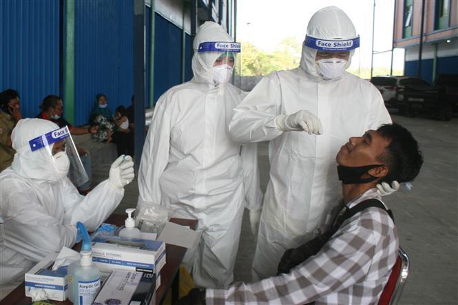 Nhân viên y tế lấy mẫu xét nghiệm COVID-19 tại Yogyakarta, Indonesia,ngày 8-6-2021. Ảnh: THX/TTXVN