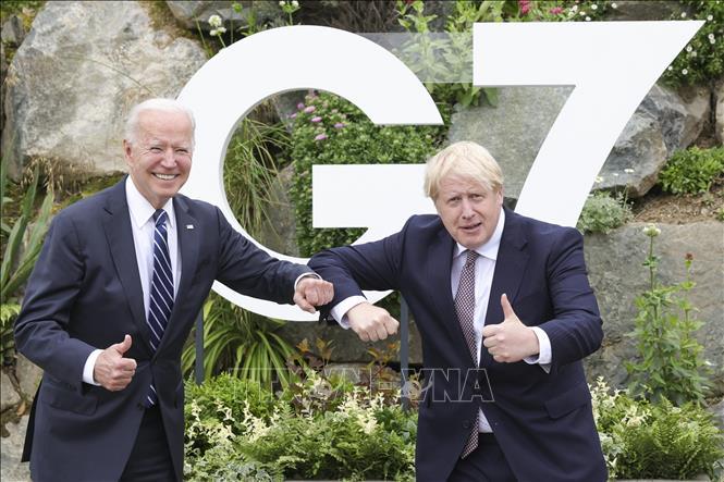 Thủ tướng Anh Boris Johnson (phải) và Tổng thống Mỹ Joe Biden trong cuộc gặp song phương tại Vịnh Carbis, Cornwall (Anh) ngày 10-6-2021. Ảnh: THX/TTXVN
