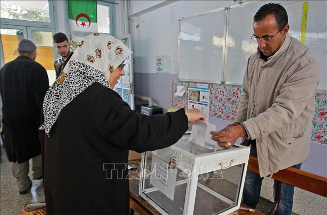 Cử tri Algeria bỏ phiếu tại một địa điểm bầu cử ở Algiers. Ảnh tư liệu: AFP/TTXVN