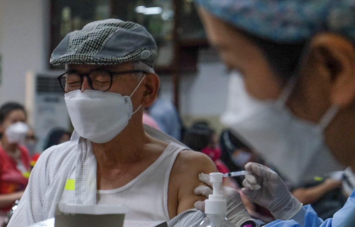 Tiêm chủng vaccine ngừa COVID-19 tại Jakarta, Indonesia, ngày 10-6-2021. (Ảnh: THX/TTXVN)