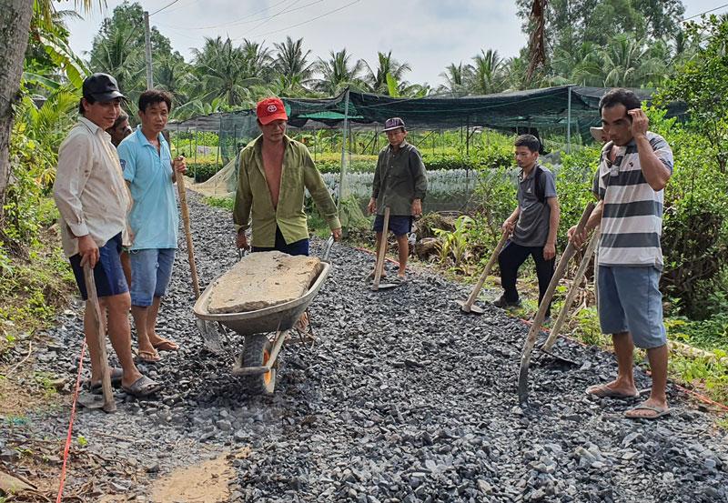 Nhân dân ấp Thanh Xuân, xã Hưng Khánh Trung B cùng nhau làm đường giao thông nông thôn.