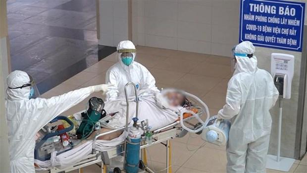 Vận chuyển bệnh nhân lên khu vực điều trị của Bệnh viện Chợ Rẫy. Ảnh: TTXVN phát
