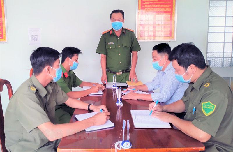 Công an xã Tân Thạch họp triển khai công tác phối hợp với MTTQ trong đảm bảo an ninh trật tự địa phương.