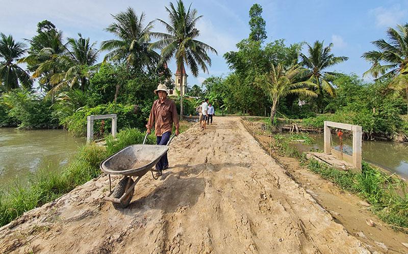 Nhân dân xã Hưng Khánh Trung B xây dựng đường giao thông nông thôn.
