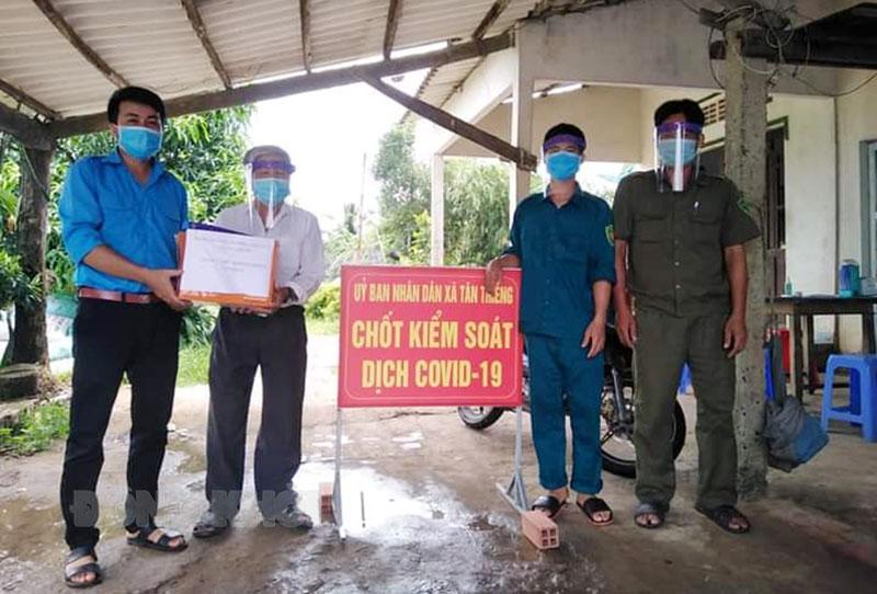 Ban Thường vụ Xã Đoàn Tân Thiềng, huyện Chợ Lách tặng tấm chống giọt bắn cho chốt kiểm soát dịch. Ảnh: Xã Đoàn
