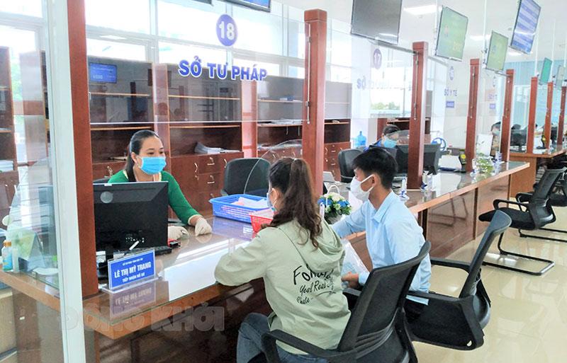 Làm thủ tục cấp phiếu lý lịch tư pháp tại Trung tâm Phục vụ hành chính công tỉnh.