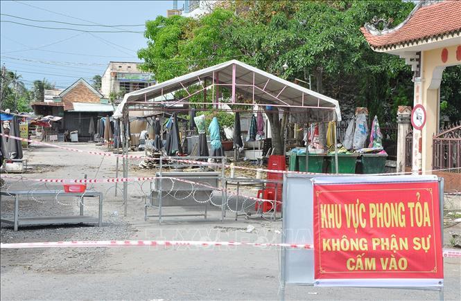 Chợ Ba Dừa ở xã Long Trung, huyện Cai Lậy, tỉnh Tiền Giang đã bị phong tỏa từ 0 giờ ngày 12-6 từ việc ghi nhận ca nghi nhiễm COVID-19 là tiểu thương ở chợ.