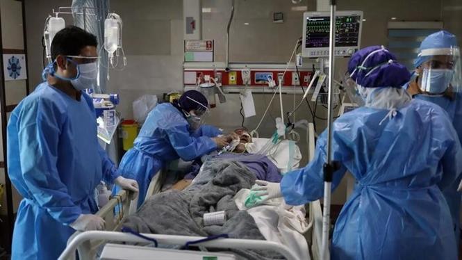 Nhân viên y tế điều trị cho bệnh nhân COVID-19 tại một bệnh viện ở Tehran, Iran. Ảnh: IRNA/TTXVN