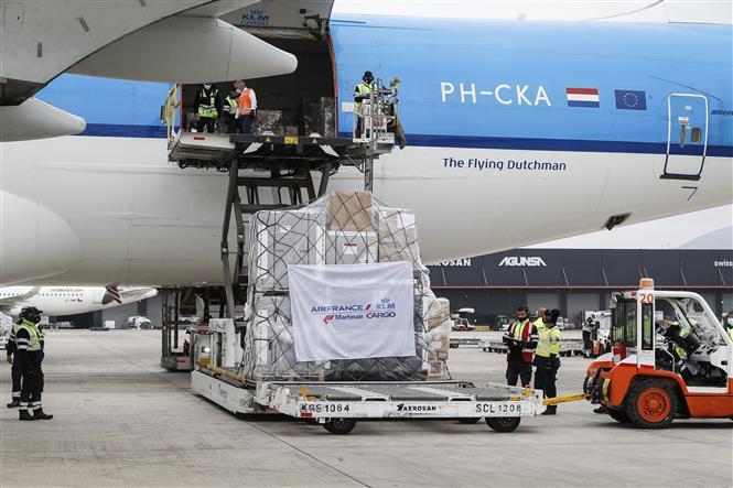 Một lô vaccine ngừa COVID-19 của AstraZeneca được vận chuyển tới sân bay ở Santiago, Chile ngày 23-4-2021. Ảnh: AFP/TTXVN